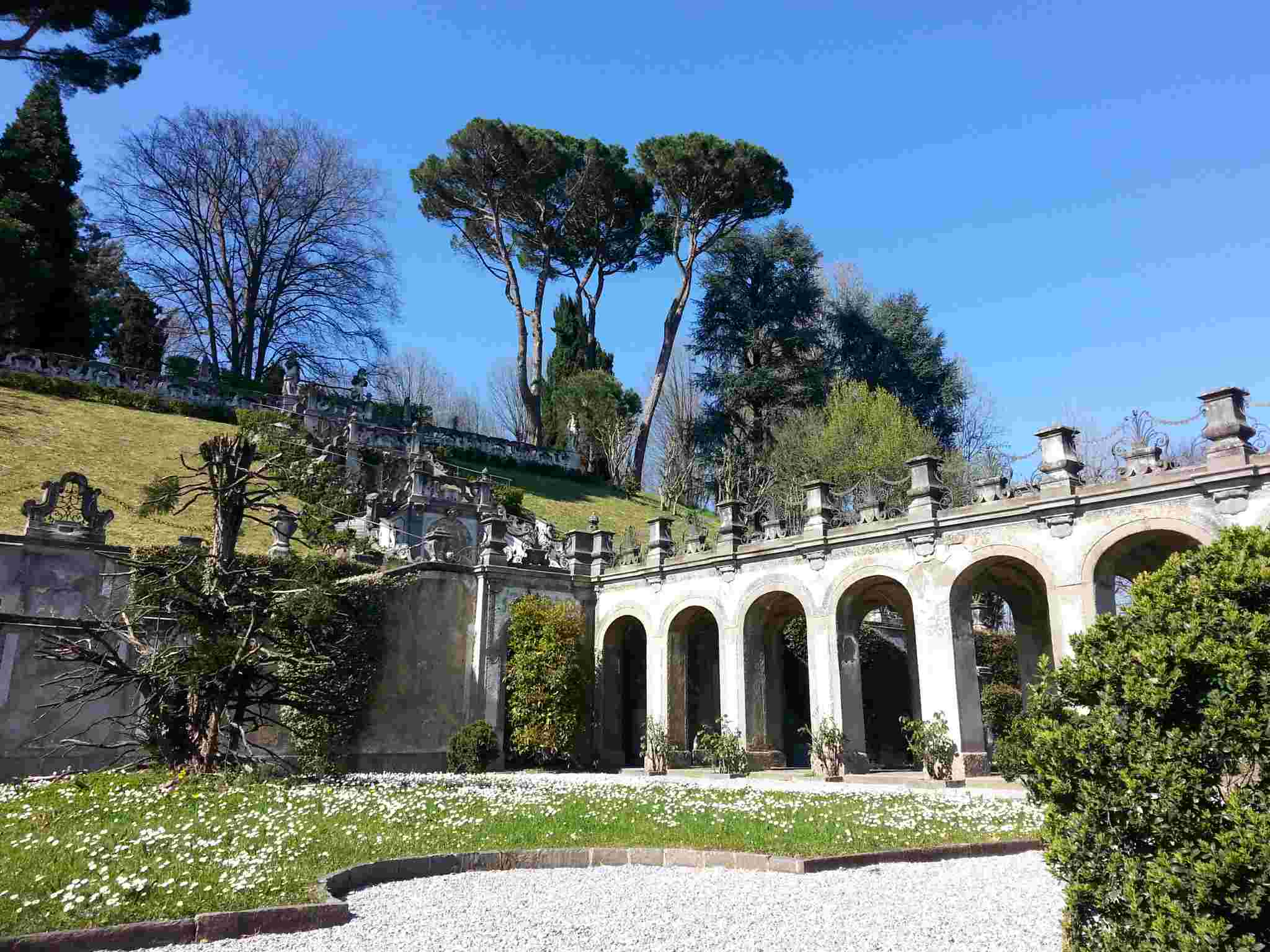 Giardini di ville latest mariano della corte capri u for Piscina arcore